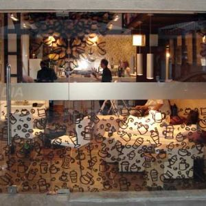 rotulación cristalera cafetería en Madrid